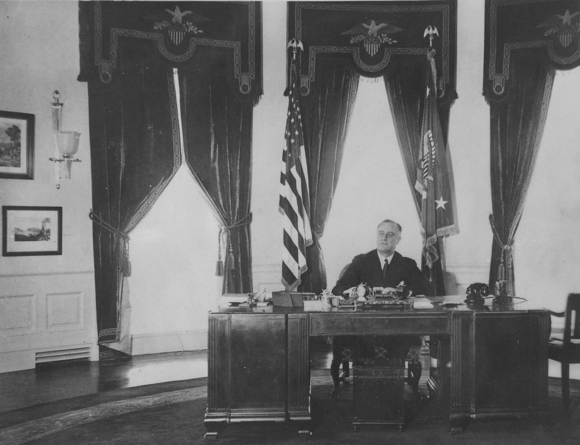 Franklin_D_Roosevelt_in_the_Oval_Office_-_NARA_-_195978_rotated_&_cropped