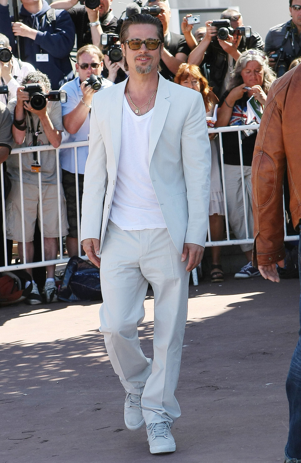 brad_pitt_white_sneakers_light_blue_grey_white_suit_t_shirt_sunglasses